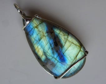 Pendant with labradorite, 42 mm, video, pendant labradorite green gold Blue 935silverwire