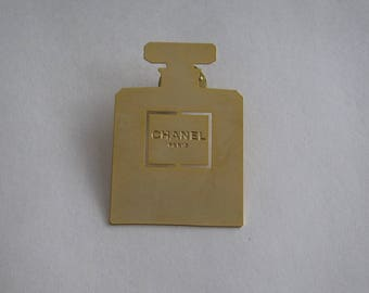 Important badges Chanel gold metal