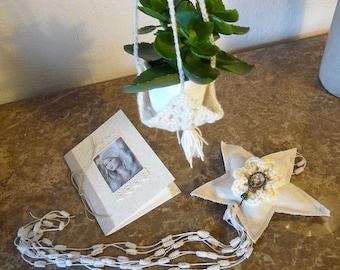 Ensemble écru comprenant mini porte-plante , carnet , Etoile filante / coussin de porte déco murale / crochet / dentelle / avec illustration