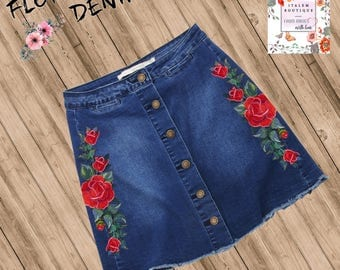 Skirt in denim blue with pink embroidered appliques