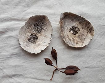 Drop-shaped bowl with cloth and Hindu flower print (13 cm.)