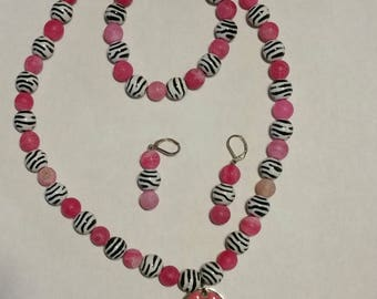 """Detailed  19"""" 3 piece jewerly set necklace,bracelet,and earrings Zebra and Pink Hearts"""