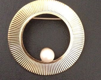 Vintage Gold Tone Circle Brooch with Pearl