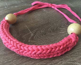 Coral pink knitted necklace with wooden detailing