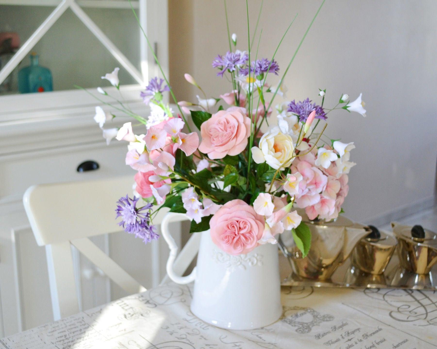 Composition floral sur commande bouquet des fleurs roses for Decoration avec des roses
