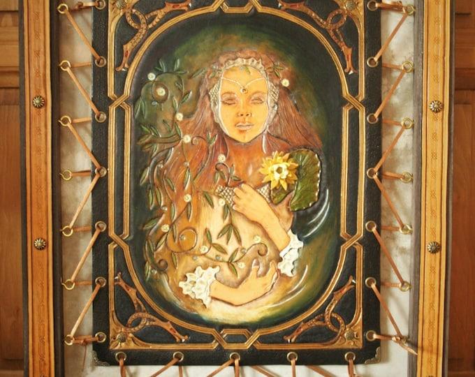 Tableau Fantasy UNIQUE en cuir repoussé OPHELIE de Shakespeare artisanat d'art avec cadre 40X50cm