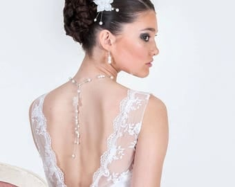 Descent of AMELIE back with white Pearly beads and white silk flower
