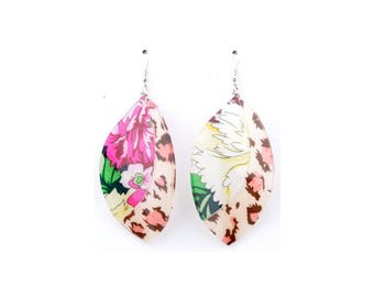 Material synthetic to wave, decorated with flowers earrings ± 95x40mm