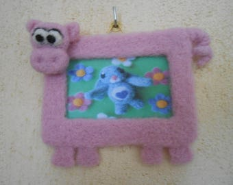 Small pig photo frame in felting wool.