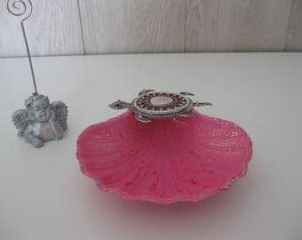 "small dish with a jewelry ""shell St. Jacque"" brooch"
