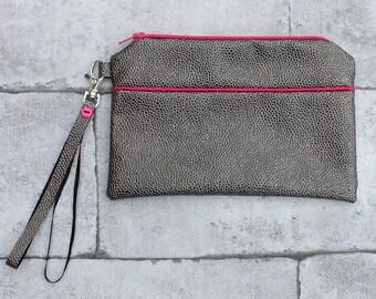 Pochette simili cuir gris bordé de rose, avec dragonne