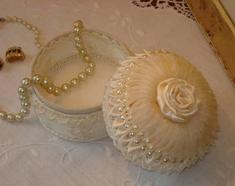 Elegant box shabby lace champagne round, cabochon, organza, satin and pearls