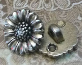 A BUTTON TAIL METAL SILVER CARVED DAISY