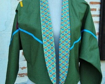 Jacket unlined short type spencer with bat sleeve.