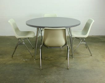 Mid century Modern Dining table with 4 Krueger chairs