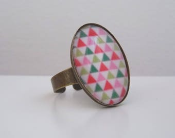 Ring cabochon pink, red and green triangles pattern