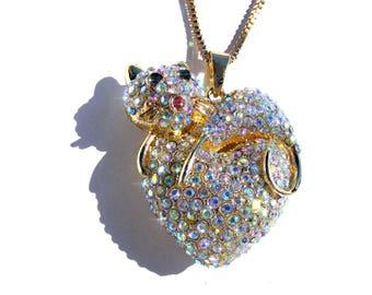 Sautoir doré chat sur coeur, strass AB multicolore et chaine doré.