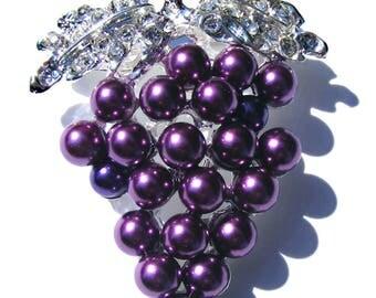 Broche grappe de raisin argenté, strass blanc et perle nacré violette.