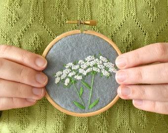 Borduurwerk voor aan de muur, met Berenklauw, bloemetjes, planten. Botanische decoratie, muurdecoratie | Vintage look, handgemaakt