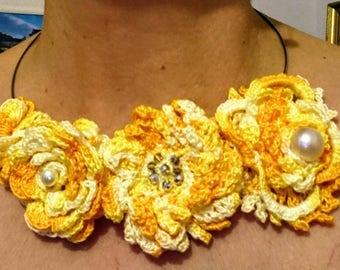 Crew-neck sweater yellow crochet necklace