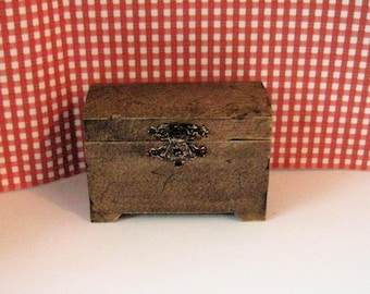 Dollhouse country chest,  Round top chest,Hump top, ,country blanket box, blanket chest, Dower chest, Twelfth scale, dollhouse  item