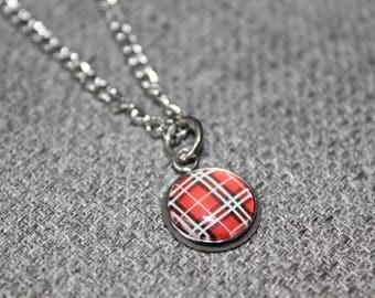 collier court, bijoux fantaisie, cadeau pour elle, carreauté, rouge, canada, bucheron, lumberjack, mode jewelry, cabochon, cabochon 12mm