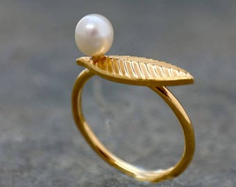 Dainty Gold Pearl Ring,Bridesmaid Gold Leaf Engagement Ring, Leaf jewelry,Unique Bridesmaid Jewelry, Gift for Woman,Christmas Gifts For Her