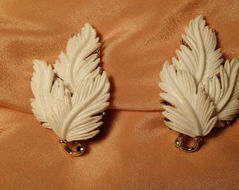 STYLISH Molded Plastic White Feather Clip Earrings by Lisner VINTAGE!