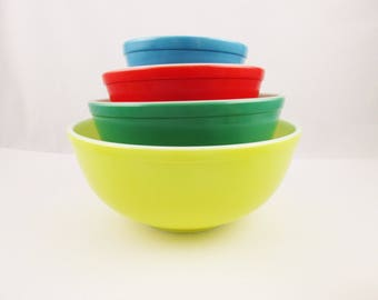 Primary Color Nesting Bowl Set - Perfect Condition - Pyrex - Yellow, Green, Red and Blue -  Nesting Bowl Set