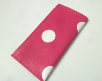Etui à pilules ou pilulier à pois rose foncé et blanc