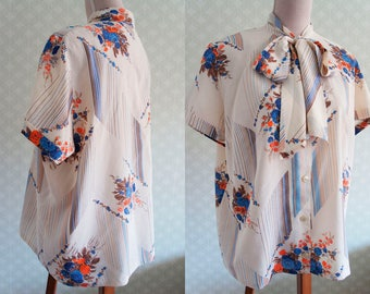 Lovely 70s bow collar XL blouse. Floral XL vintage blouse. Short sleeve.