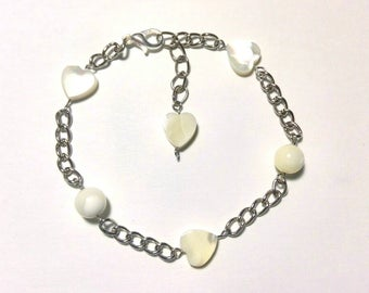 Chain bracelet with mother of pearl hearts