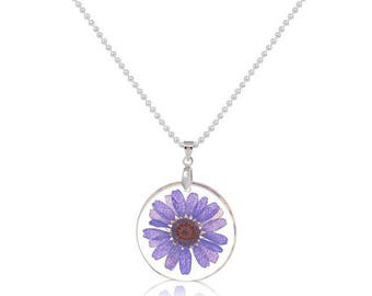 Round resin pendant necklace with its little mauve flowers