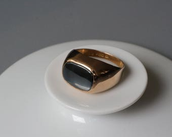 Massive mid century 18 karat solid gold ring decorated with a black stone, Sweden.