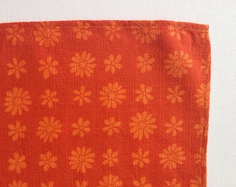 Vintage orange placemats with retro print of daisies, linen 1960's table mats, daisy print 1960's placemat set