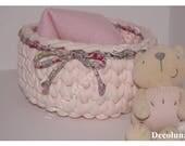 Douceur et tendresse avec ce panier corbeille de rangement  réalisé au crochet en trapilho rose pastel avec liseré liberty