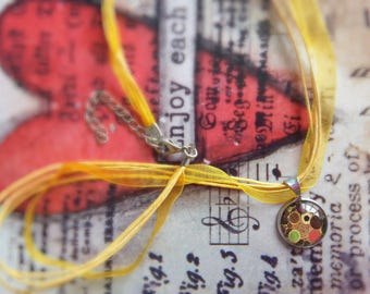 Yellow organza and cabochon pendant necklace