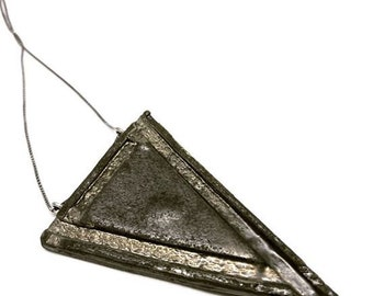 Triangular pendant in ceramic and platinum