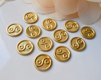 Set of 10 small Vintage Cabochons in raw brass gold Motif Chinese YIN YANG print 11 MM embossed way / no. 0146