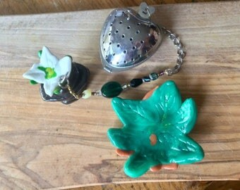 White Lily on Pebbles Tea Infuser with Leaf dish, Handmade Porcelain-Clay Tea Trinket Infuser/Steeper