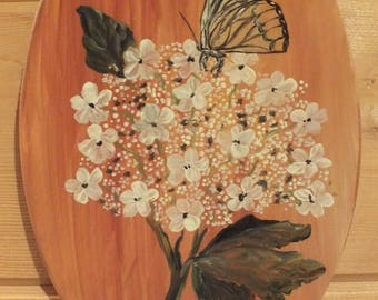 painting on wood: on an oval - a butterfly rests on a hydrangea flower
