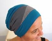 Bonnet asymétrique gris, bleu et gris à pois multicolore