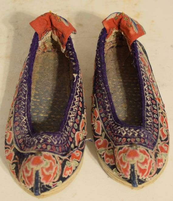 Chinese Bai Women Embroidered Shoes Yunnan Province Vintage Ornate Flower Shoes