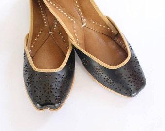 Indian Leather Flat Shoes/Women Shoes/Punjabi Jutti/Black Flat Shoes/Ballet Flats/Muslim Shoes/Handmade Bridal Khussa Women Sandals