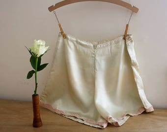 1940s Rayon Tap Pants / 40s Knickers / Pale Green Tap Panties / 1940s Lingerie / Lace Hem / Size Medium / M