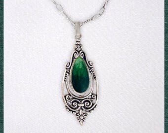 Vintage green pendant with chain