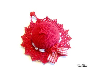 Red crochet hat pincushion, Cappellino puntaspilli rosso all'uncinetto
