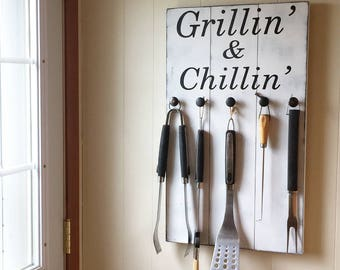 Grill Sign • BBQ Utensil Holder • Grillin' & Chillin' Sign • Summer Decor • Pallet Style sign • Gift for Dad • Father's Day Gift • Rustic