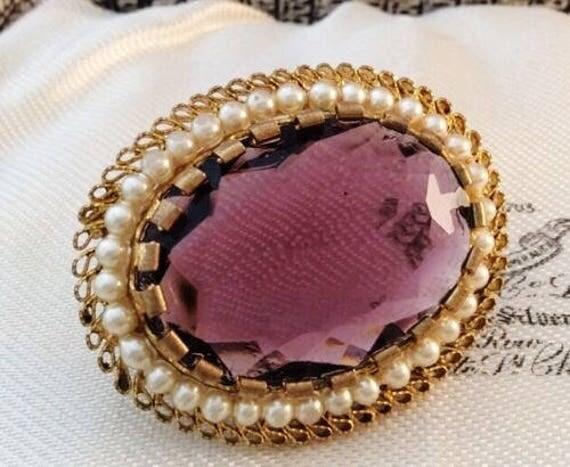 Beautiful vintage goldtone pink fire opal glass cabochon brooch