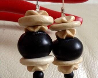 Boucles d'oreille dormeuses avec perles coco et grosse perle noire en pierre